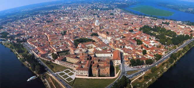Vista aerea della città di Mantova